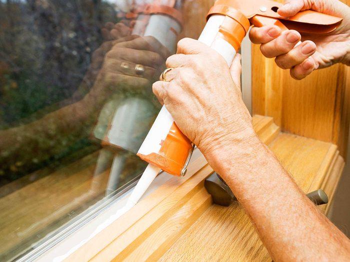 Entretien de la maison: examinez vos fenêtres.