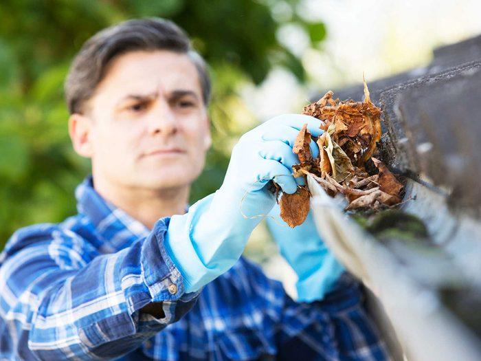 Entretien de la maison: nettoyez vos gouttières.
