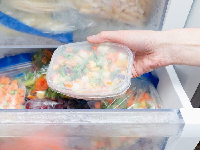 Mieux vaut jeter les légumes brûlés par la congélation pour nettoyer le congélateur.