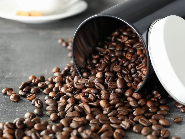 Mieux vaut jeter les grains de café éventés pour nettoyer le congélateur.