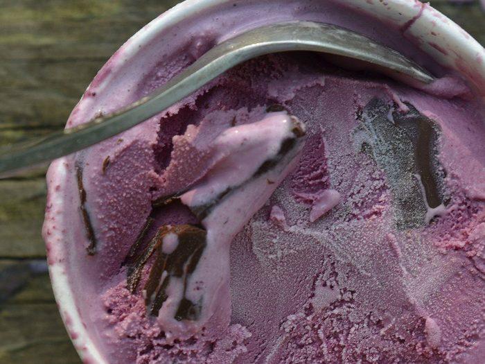 Mieux vaut jeter la vieille crème glacée pour nettoyer le congélateur.
