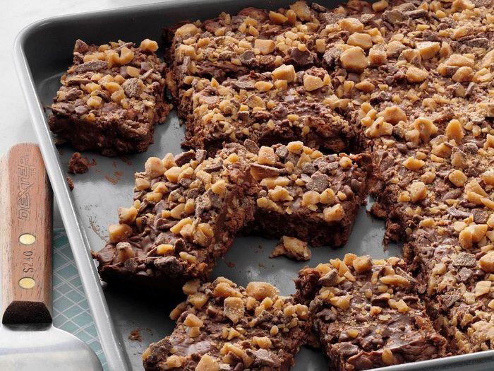 Recette de carrés aux Rice Krispies et au chocolat sans cuisson.