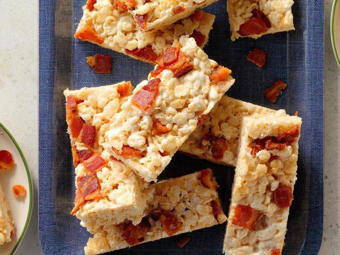 Recette de carrés aux Rice Krispies à l'érable et au bacon.
