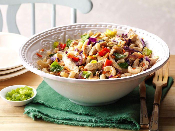 Recette de pâtes de riz brun aux légumes et au gingembre.