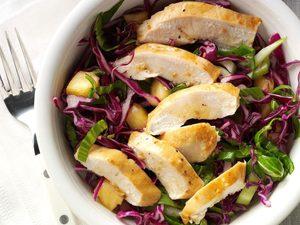 Poulet et salade de chou rouge asiatique