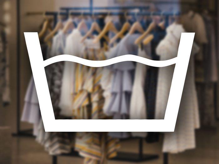 Reconnaître le signe du lavage en machine parmi les symboles de lavage.