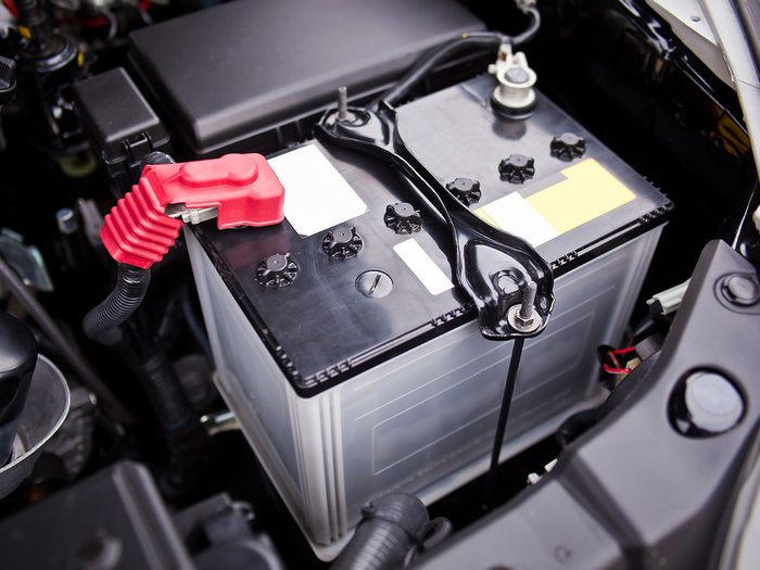 Ne jamais débrancher un câble de batterie pour tester l'alternateur de la voiture.