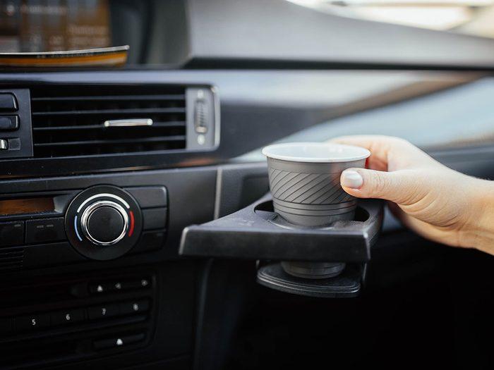 Ne jamais laisser de boissons dans la voiture.