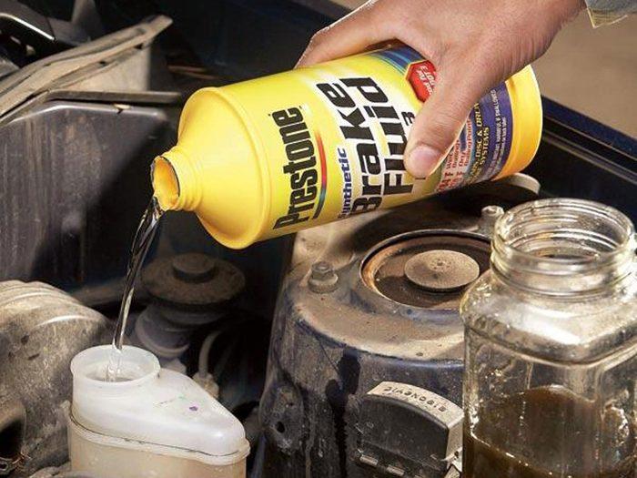 Ne jamais mélanger le liquide de freins au fluide pour servodirection de la voiture.
