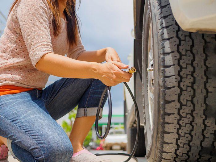 Ne jamais surgonfler les pneus de sa voiture pour épargner de l'essence.