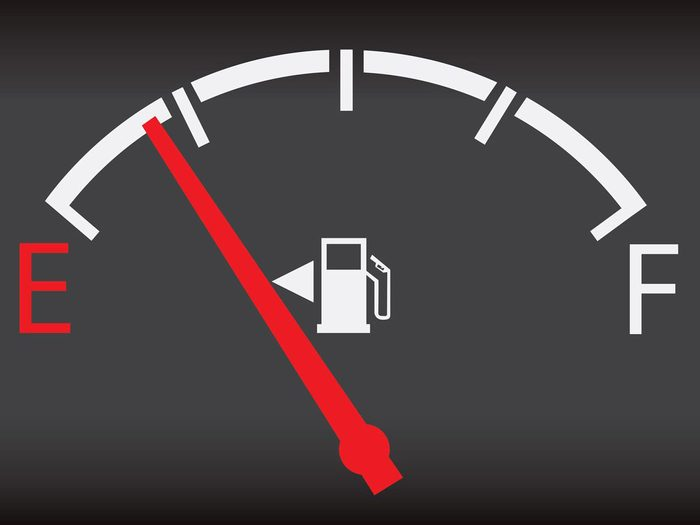 Ne jamais conduire une voiture avec un réservoir rempli à moins du quart.
