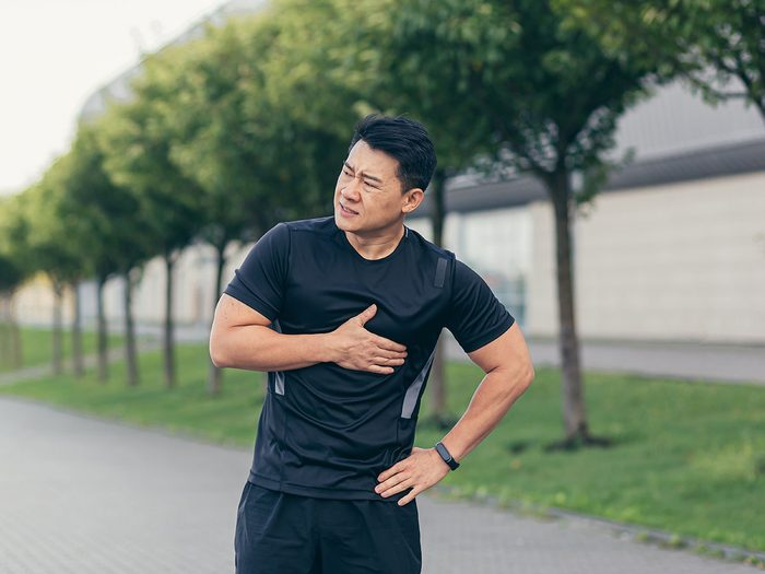 Surveillez votre douleur thoracique persistante pour la santé de votre cœur.