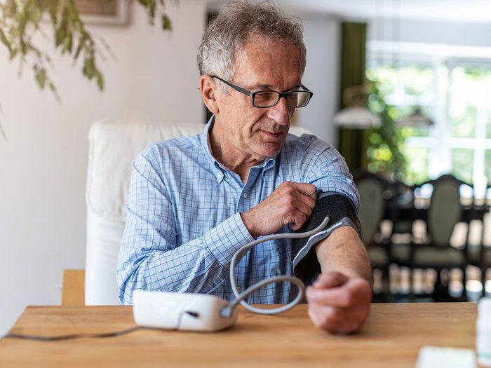 Surveillez votre tension artérielle pour la santé de votre cœur.