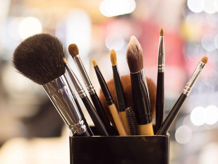 Maquillage périmé: le nettoyage des produits n'est pas toujours utile.