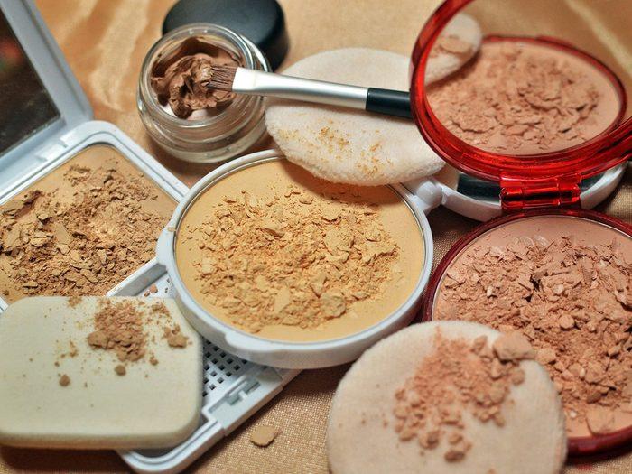 Maquillage périmé: l'utilisation de produits expirés peut provoquer une infection.
