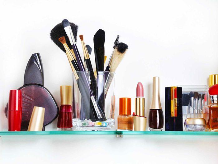 Maquillage périmé: les produits gardés dans la salle de bain sont plus à risque.