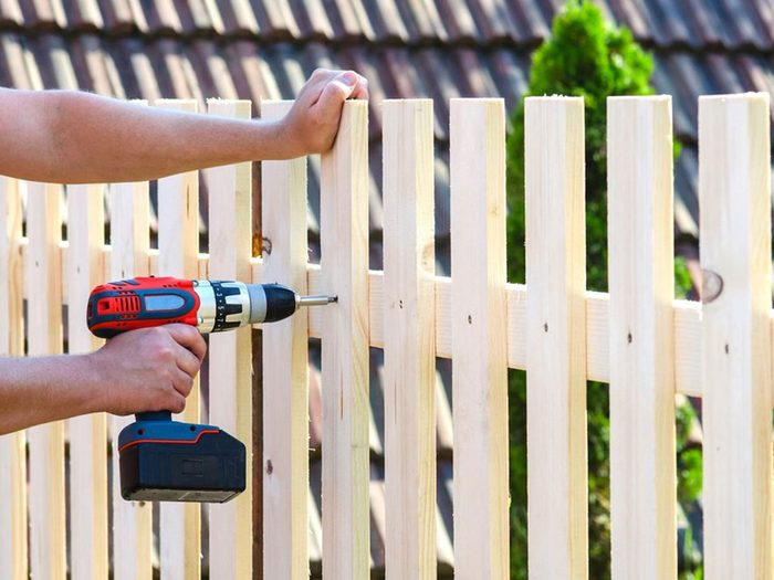 Des projets de rénovation à réaliser soi-même tels que la mise en place de clôtures.