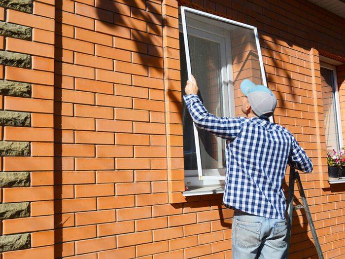 Des projets de rénovation à réaliser soi-même tels que la réparation ou le changement de moustiquaires.