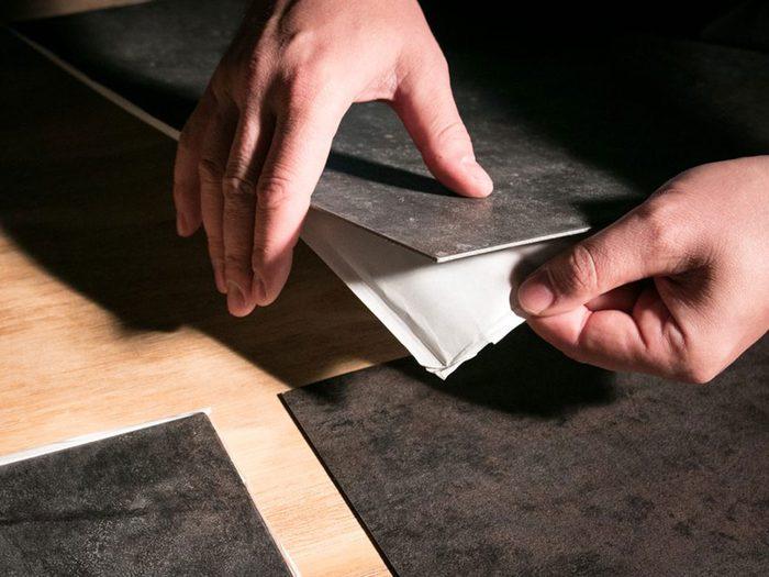 Des projets de rénovation à réaliser soi-même tels que les planchers autocollants.