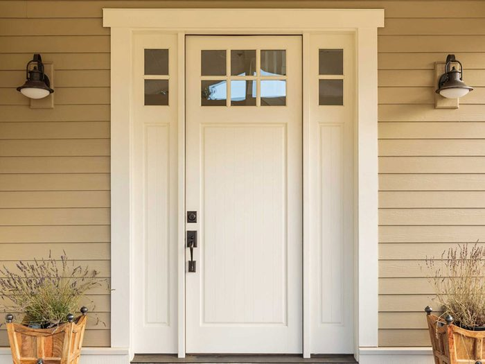 Des projets de rénovation à réaliser soi-même tels que le changement de porte d'entrée.